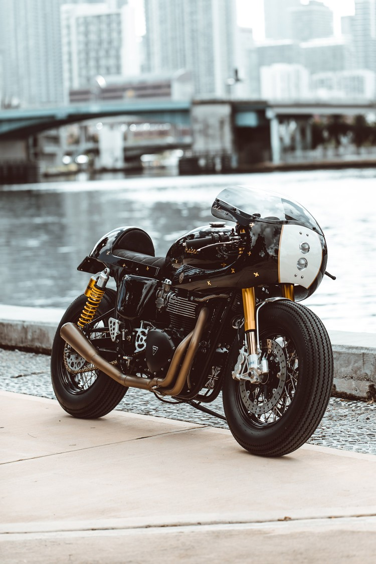 Triumph Thruxton Suited Racer (3)